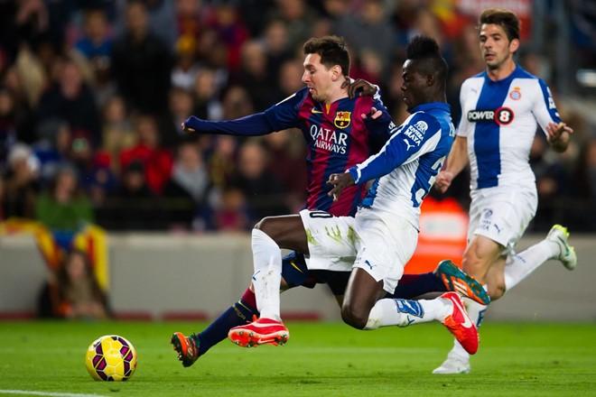 Bailly chặn đứng Messi ở La Liga. Ảnh: Internet.