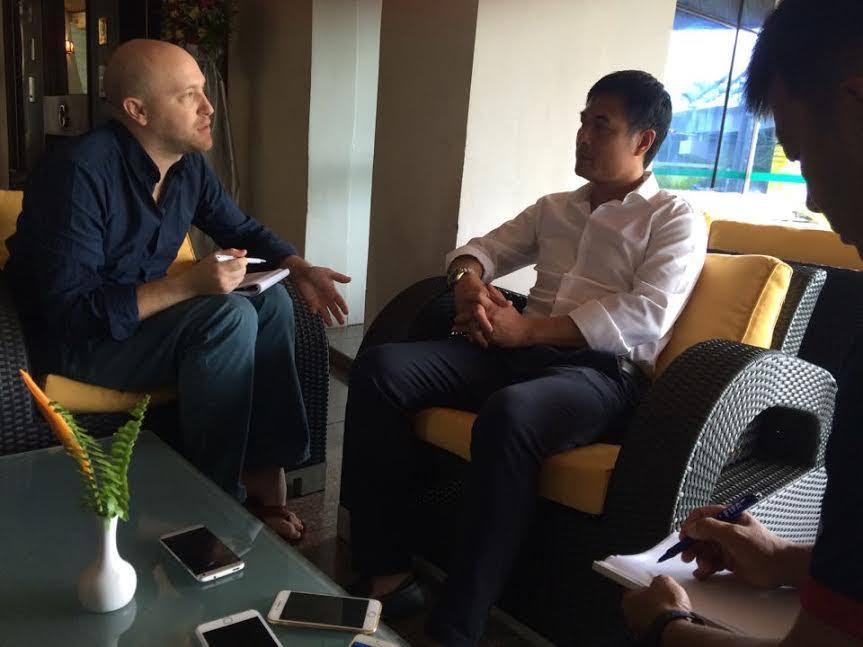 HLV Hữu Thắng trả lời phỏng vấn báo giới.