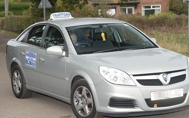 Martial đón taxi rời sân tập, Rooney lái xe BMW