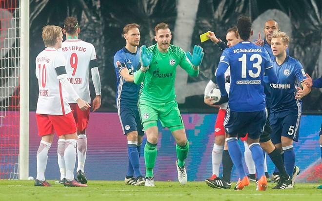 Trọng tài dằn vặt vì thổi penalty 'ma' cho RB Leipzig