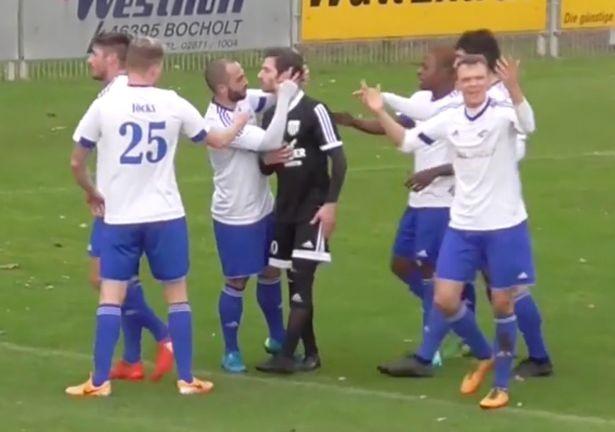 Cầu thủ từ chối hưởng penalty, được đội bạn hôn lên má