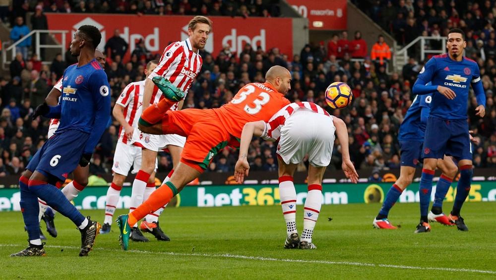 Rooney giải cứu MU bằng siêu phẩm sút phạt phút bù giờ