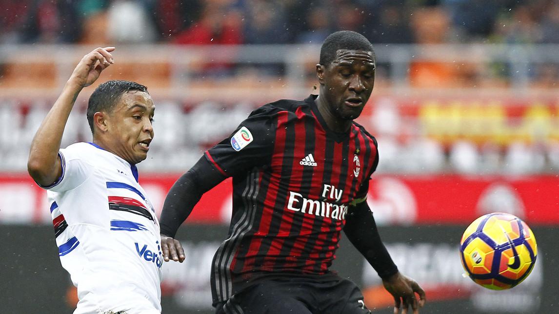 Chùm ảnh: AC Milan thua vì phạt đền, Carlos Bacca tức giận rời sân