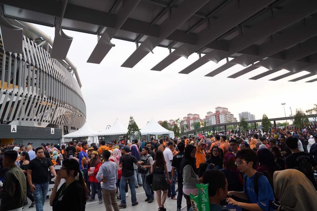 Trước lễ bế mạc SEA Games 29: Dòng người từ mọi ngả tập kết về Bukit Jalil - Bóng Đá