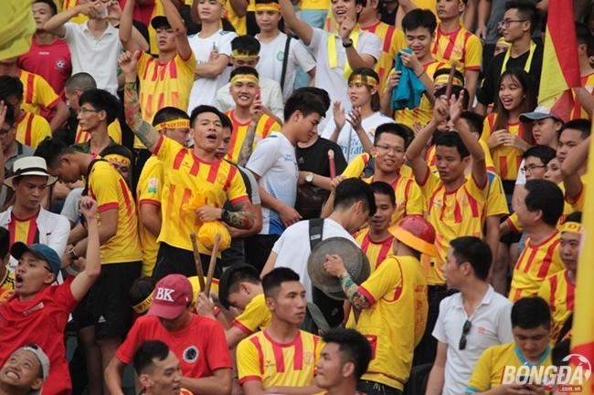 Cổ động viên Nam Định phủ vàng sân Hàng Đẫy - Bóng Đá