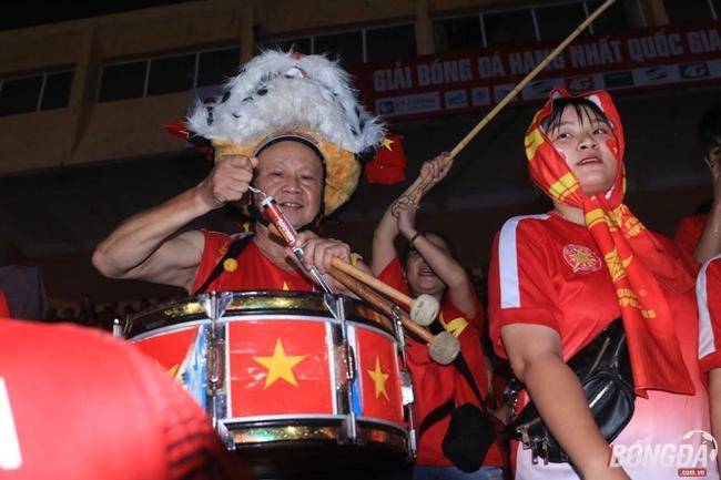 Fan Việt đổ ra đường cổ cũ cho U23 Việt Nam đấu Syria - Bóng Đá