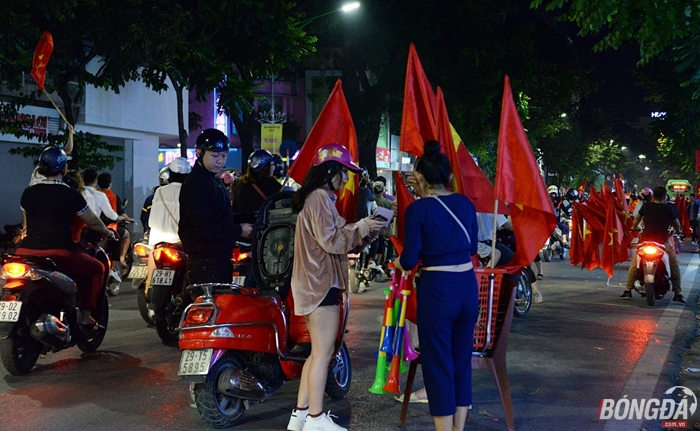 Hà Nội rợp cờ mừng chiến thắng của các chàng trai áo đỏ - Bóng Đá
