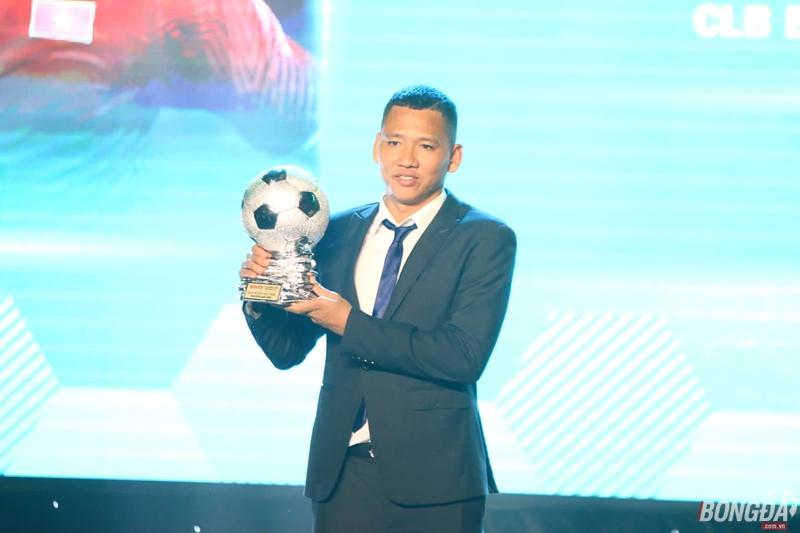 Quang Hải vượt Anh Đức để giành bóng Vàng, Công Phượng được yêu thích nhất - Bóng Đá