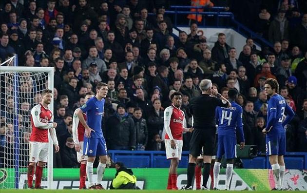 Sử dụng công nghệ VAR, đại chiến Chelsea và Arsenal vẫn có nhiều tranh cãi