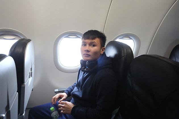 """U23 Việt Nam di chuyển lên máy bay, dàn xế """"khủng"""" túc trực chờ đón - Bóng Đá"""