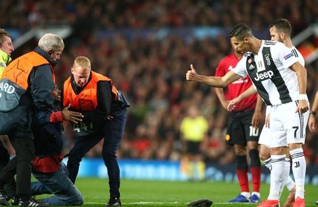 Ronaldo đã làm gì khiến Mourinho phải bật cười ngoài đường pitch? - Bóng Đá