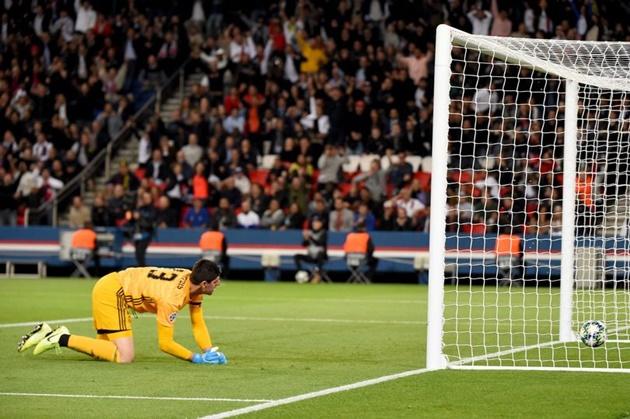 'Chelsea dodged a bullet' - Real Madrid fans slam Thibaut Courtois after latest mistake at PSG - Bóng Đá
