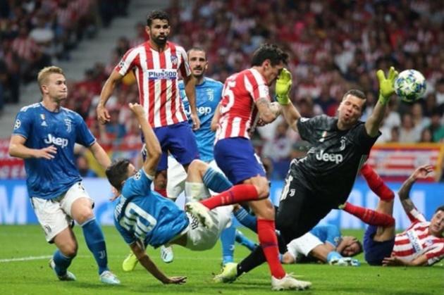 Twitter reacts as VAR overlooks handball shout in Atletico-Juventus clash - Bóng Đá