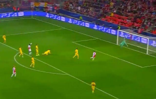 Video: Ter Stegen produces sensational save to preserve Barcelona lead at Slavia Prague - Bóng Đá