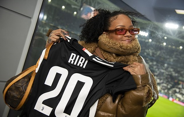 Rihanna holds up a personalised 'RiRi' shirt during make-up free outing to Juventus vs Atletico Madrid match - Bóng Đá