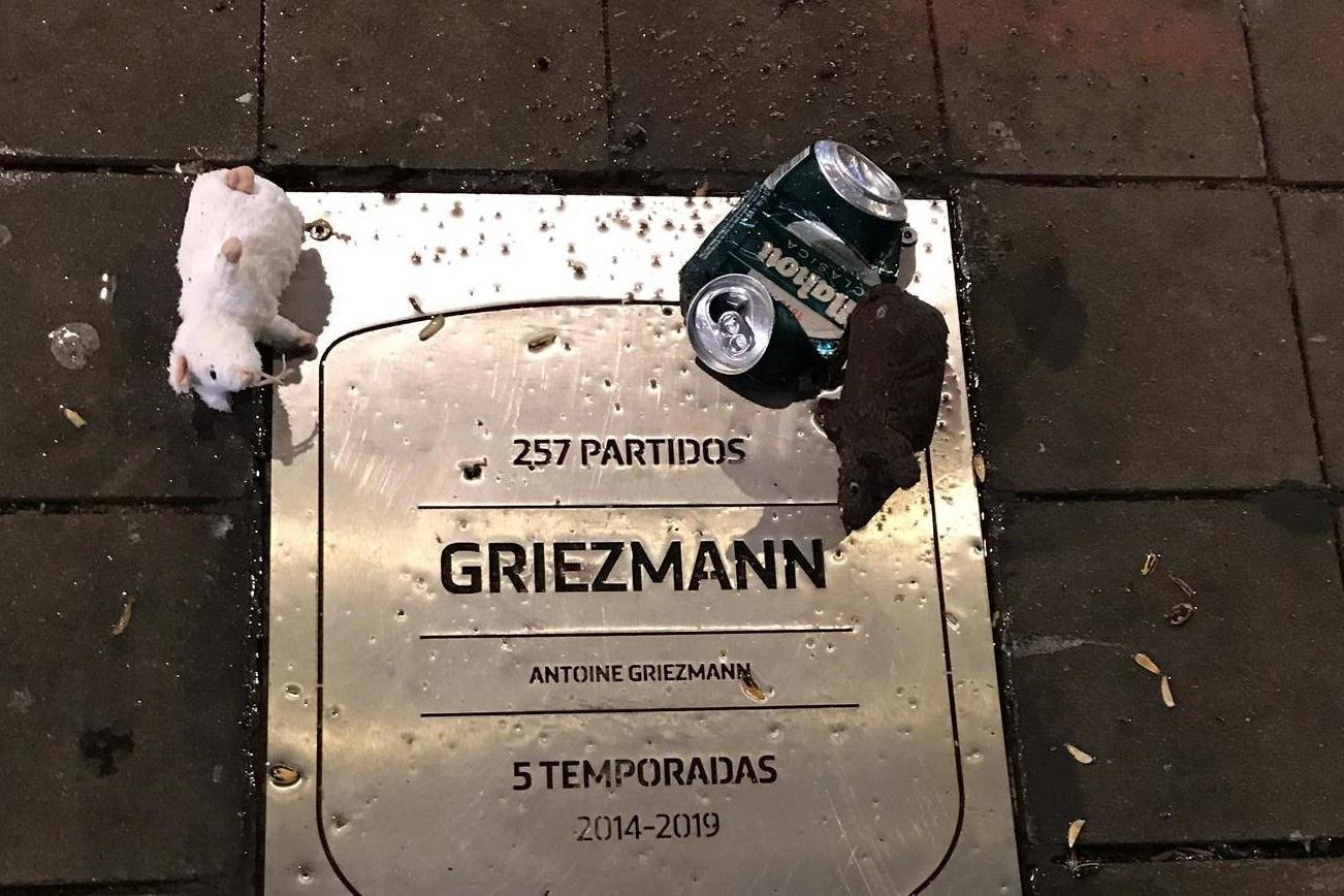 Antoine Griezmann: Atletico fans leave toy rats on former player's plaque ahead of Barcelona clash - Bóng Đá