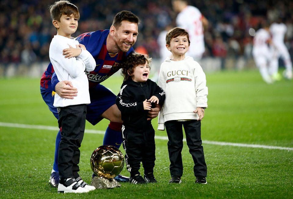Messi khoe QBV trước trận đấu - Bóng Đá