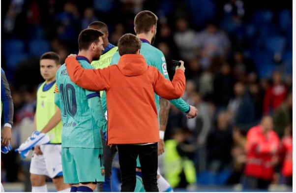 Messi chụp hình với fan sau trận hòa - Bóng Đá