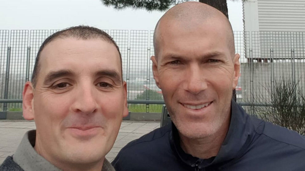 Zidane hits a man with his car in Valdebebas and they end up taking a selfie - Bóng Đá