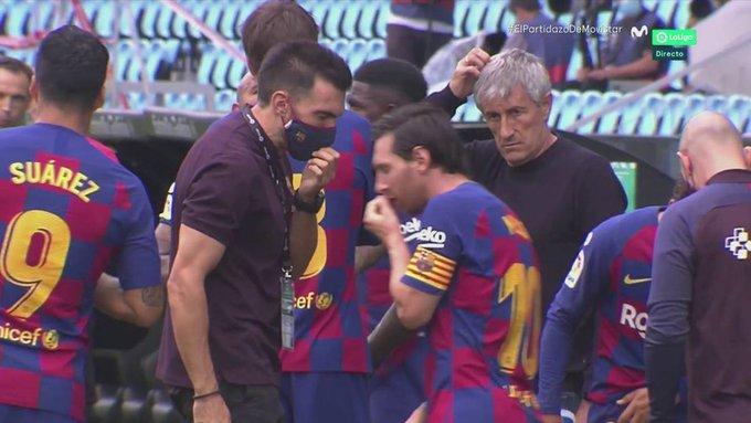 Lionel Messi Completely Ignores Barcelona Assistant During Drinks Break - Bóng Đá