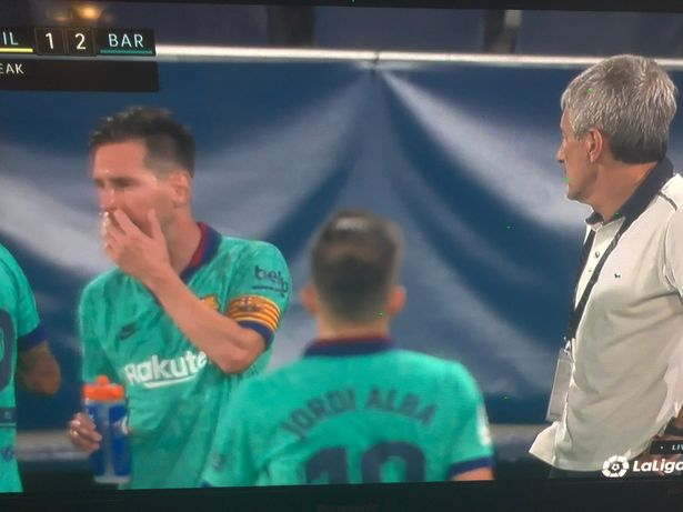 Lionel Messi and Quique Setien in fresh awkward exchange during drinks break - Bóng Đá