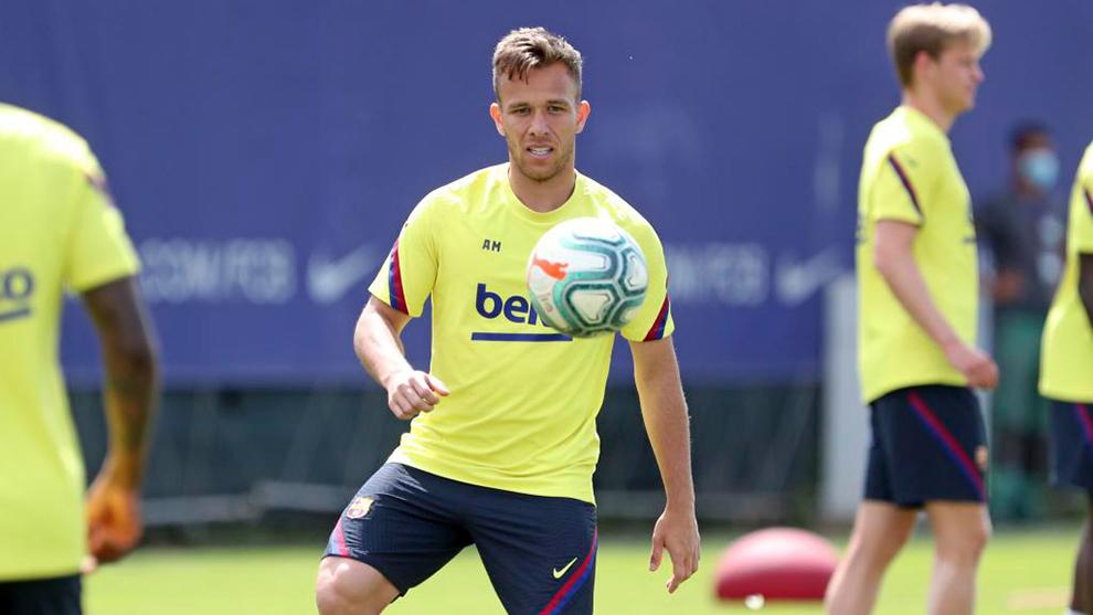 Vì một lý do, Arthur bất ngờ trở lại Barcelona