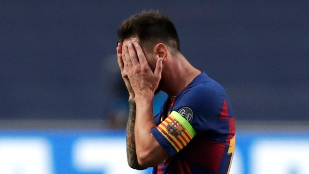 Messi cuts a devastated figure in the Barcelona dressing room - Bóng Đá
