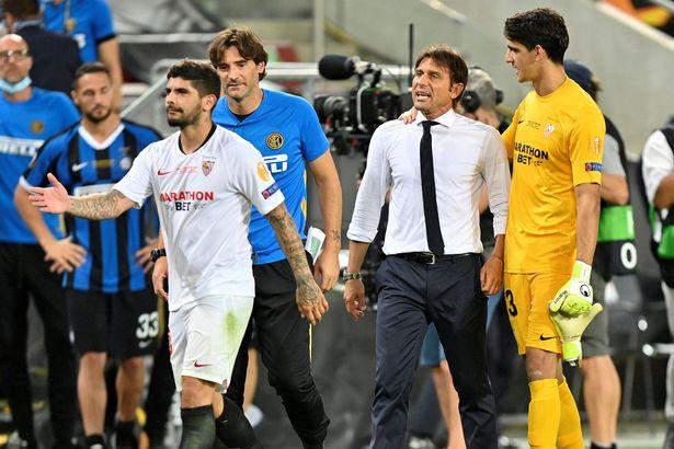 Antonio Conte rages at Ever Banega after Sevilla star 'tugged hair transplant' - Bóng Đá