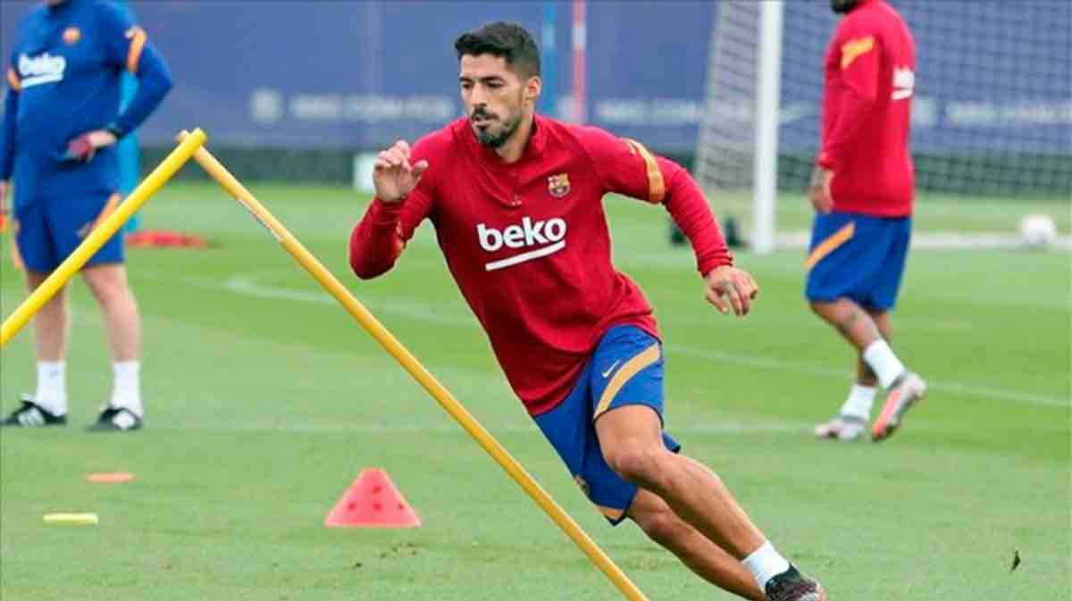 Luis Suarez trained along with other Barcelona players - Bóng Đá