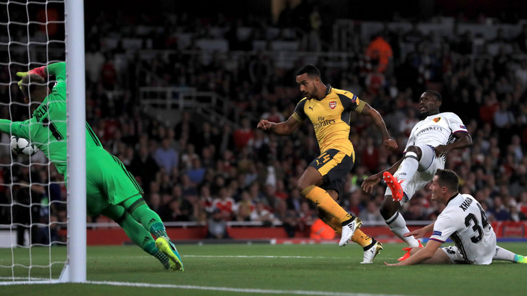 theo-walcott-arsenal-base