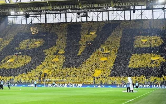 Thủ tướng Đức dự khán, CĐV Borussia Dortmund và AS Monaco hát YNWA
