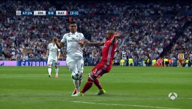 TRANH CÃI: Trọng tài ĐÚNG khi đuổi Vidal, Bayern cũng được HƯỞNG LỢI - Bóng Đá