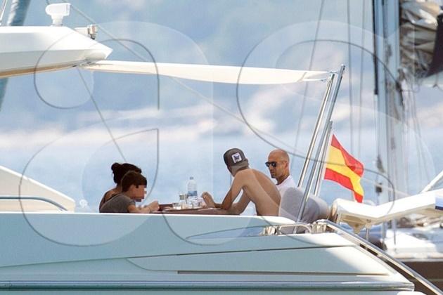Zidane 'quẩy' tưng bừng cùng gia đình ở Ibiza - Bóng Đá