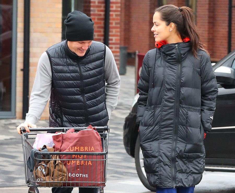 Schweinsteiger vui vẻ đi mua sắm cùng vợ sau khi trở lại thi đấu