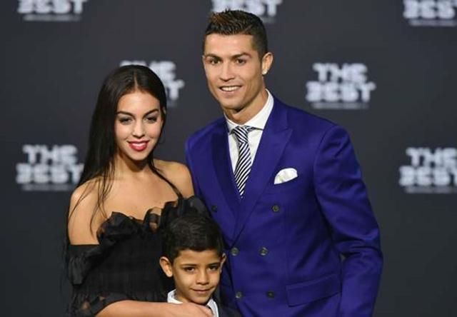Bạn gái mới tháp tùng Ronaldo trong lễ trao giải FIFA - Bóng Đá