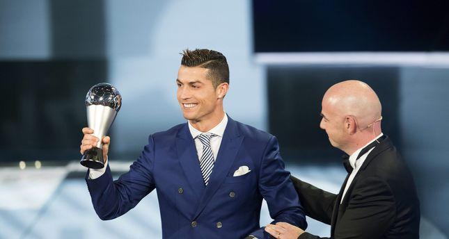 Ronaldo 'đá điểu' Barcelona ngay trên bục nhận giải - Bóng Đá