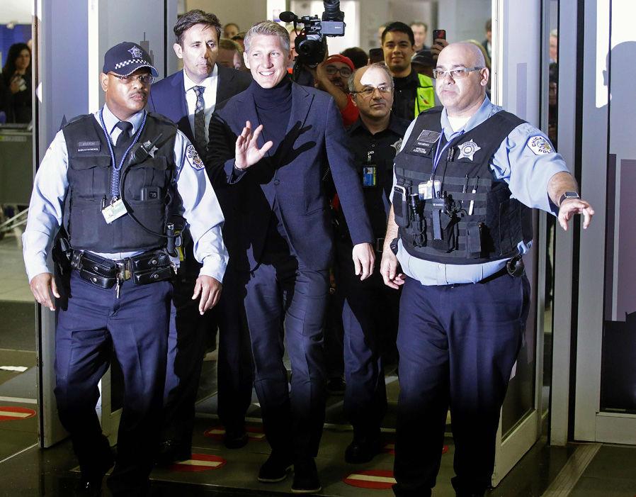 Chùm ảnh: Sân bay Chicago 'chật như nêm' chào đón Schweinsteiger - Bóng Đá