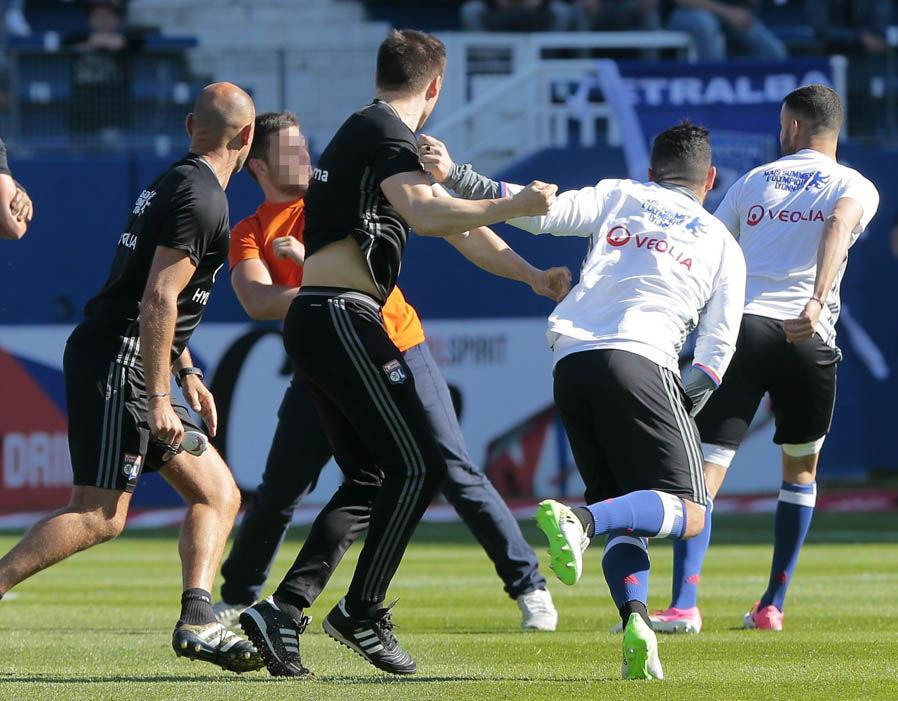 Chùm ảnh: Cầu thủ Lyon quá sốc khi bị CĐV Bastia tấn công - Bóng Đá