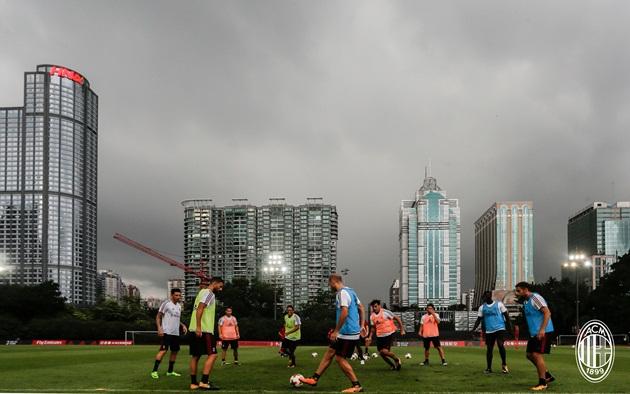 Sao AC Milan đội mưa luyện tập, sếp lớn hài lòng - Bóng Đá