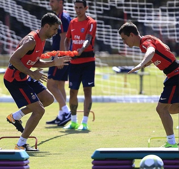 Alves hòa nhập cực nhanh với đồng đội trên sân tập - Bóng Đá