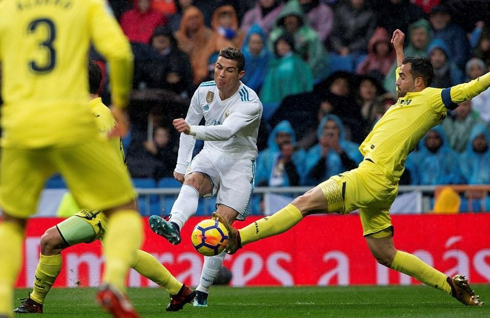 Sút mãi không vào, Ronaldo 'mếu máo' dưới màn mưa - Bóng Đá