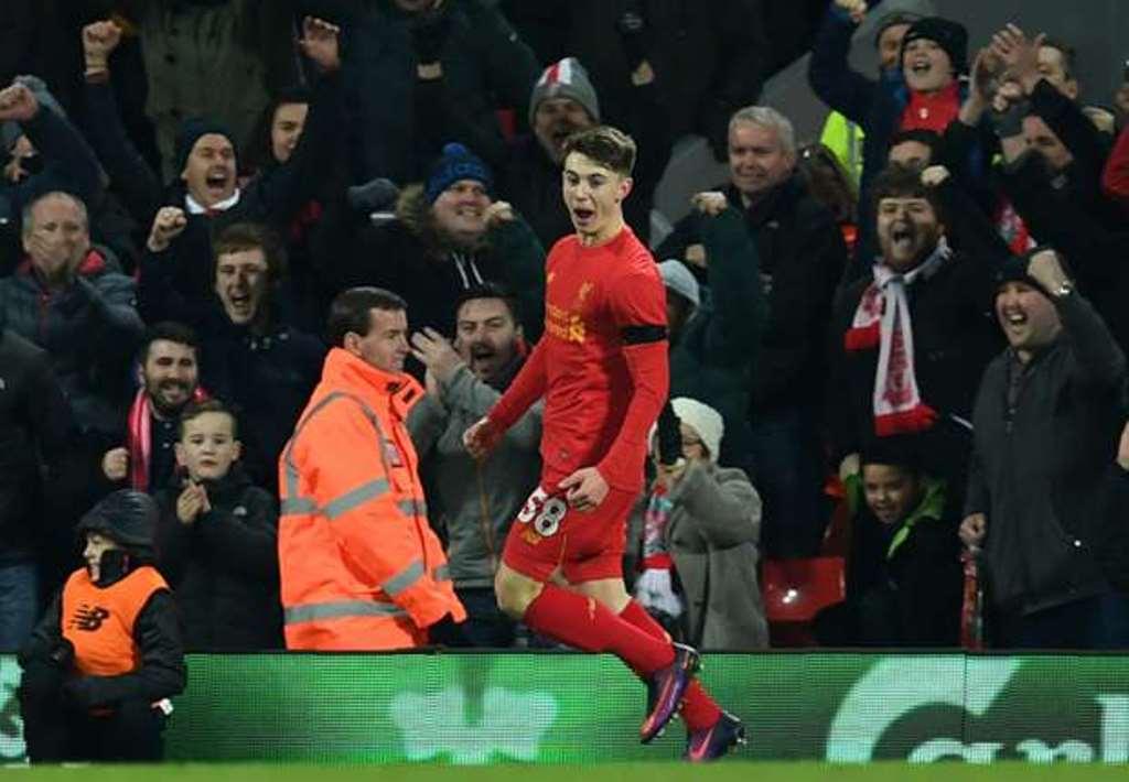 Ben Woodburn trở thành tay săn bàn trẻ nhất lịch sử Liverpool