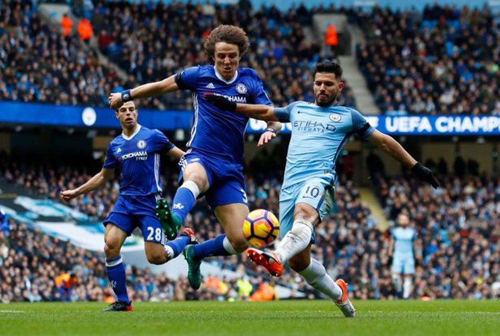 Manchester-Citys-Sergio-Aguero-in-action-with-Chelseas-David-Luiz