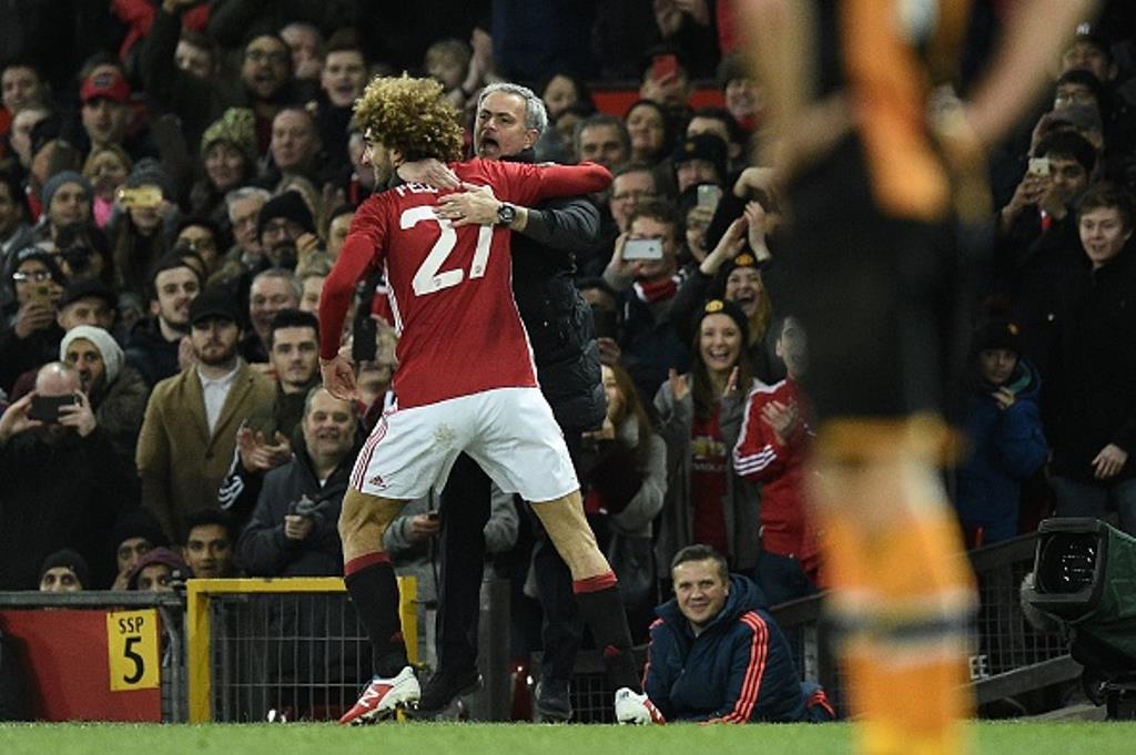 Marouane Fellaini vồ vập với Mourinho khi ăn mừng bàn thắng - Bóng Đá