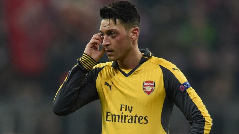 Mesut Oezil như vật tế thần ở Arsenal