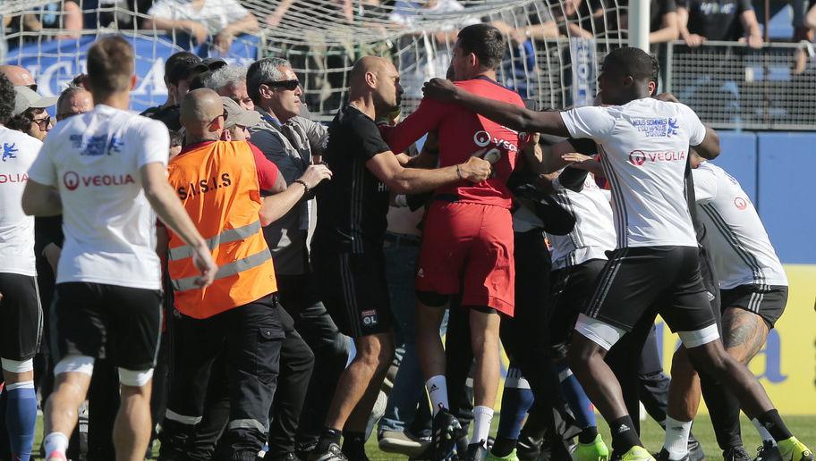 CĐV 2 lần tấn công cầu thủ, trận SC Bastia - Lyon bị hủy - Bóng Đá