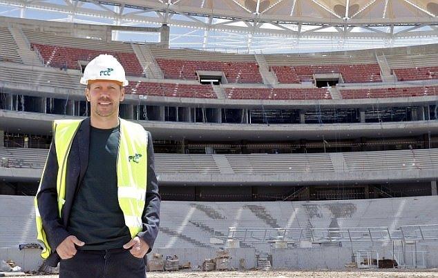 Torres, Griezmann mang đồ bảo hộ lao động đến thăm SVĐ mới Wanda Metropolitano - Bóng Đá