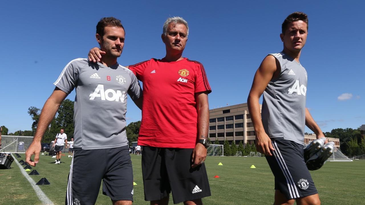 Mourinho hé lộ tình hình chấn thương của Mata, Herrera, Shaw