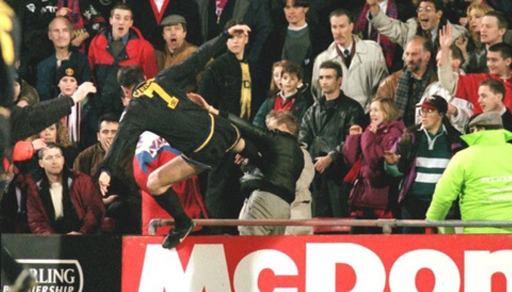 Tái hiện cú kungfu của Cantona, Evra bị đuổi khi trận đấu chưa bắt đầu - Bóng Đá