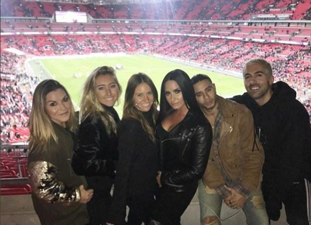 Hậu đại chiến, Neymar hẹn hò với ca sĩ Demi Lovato - Bóng Đá